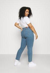 Vero Moda Curve - VMMANYADINA CROPPED - Jeans Skinny Fit - medium blue denim - 2