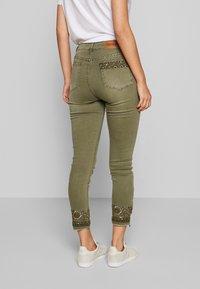 Desigual - PANT ONEIL - Jeans Skinny Fit - verde militar - 2