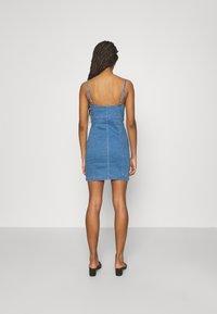 Missguided - BUTTON THROUGH CAMI DRESS - Denimové šaty - blue - 2