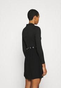Calvin Klein Jeans - LOGO ELASTIC DRESS - Žerzejové šaty - black - 2