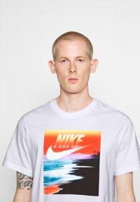 Nike Sportswear - TEE SUMMER PHOTO - Print T-shirt - white - 3