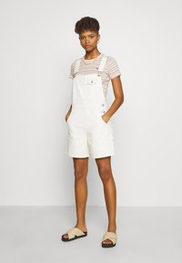 Levi's® - BABY TEE - Print T-shirt - beige/white - 1