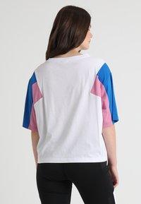 Urban Classics Curvy - 3-TONE SHORT - T-shirt print - white/brightblue/coolpink - 2