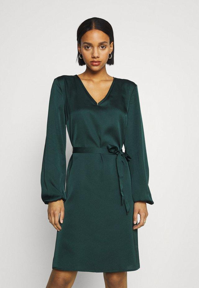 VIELLETTE VNECK DRESS - Denní šaty - pine grove