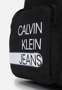 Calvin Klein Jeans - SEASONAL LOGO BACKPACK UNISEX - Rucksack - black - 3
