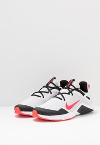 Nike Performance - LEGEND ESSENTIAL - Sportovní boty - photon dust/laser crimson/black/white - 2