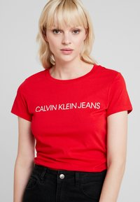 Calvin Klein Jeans - INSTITUTIONAL LOGO SLIM FIT TEE - Triko s potiskem - barbados cherry/soothing sea - 4