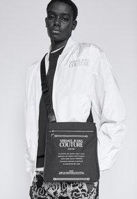Versace Jeans Couture - UNISEX - Bandolera - black - 1