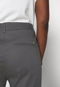 Mos Mosh - DREW COLE PANT - Bukse - magnet - 4