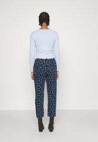Monki - MINI FLOWER - Straight leg jeans - blue - 2