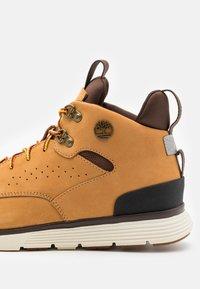 Timberland - KILLINGTON HIKER CHUKKA - Sneakersy wysokie - wheat - 5
