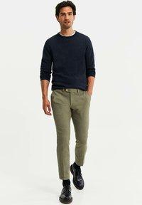 WE Fashion - HEREN SLIM FIT PANTALON - Broek - olive green - 1