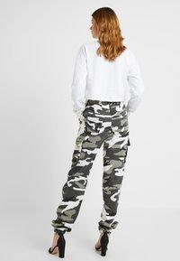 Missguided Tall - CAMO CARGO TROUSERS - Pantalon classique - grey - 2