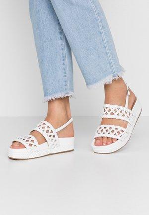 PATTY  - Sandály na platformě - white