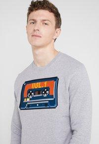 Bricktown - BIG TAPE - Sweatshirt - heather grey - 4