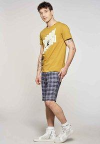 MDB IMPECCABLE - Print T-shirt - ochre - 1