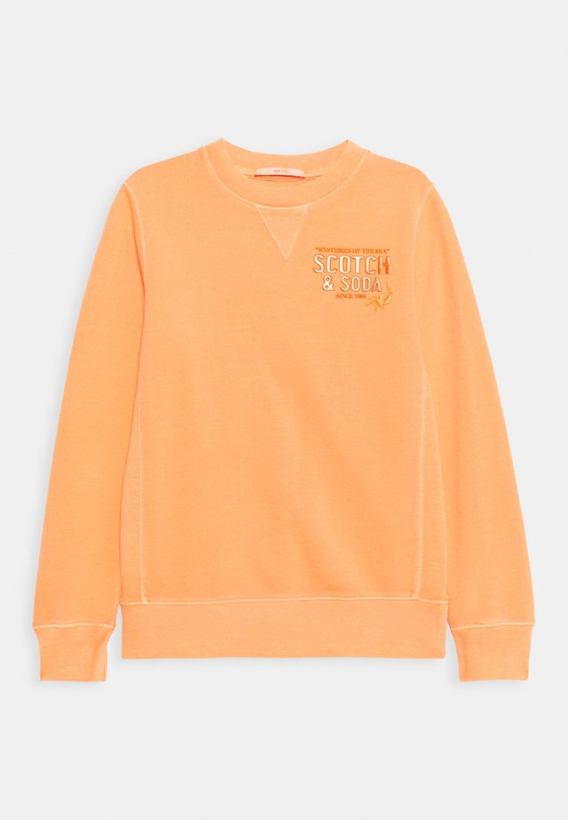 CREW NECK WITH ARTWORK - Sudadera - washed coral