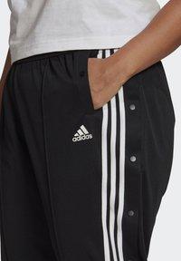 adidas Performance - ADIDAS SPORTSWEAR WRAPPED 3-STRIPES SNAP PANTS (PLUS SIZE) - Træningsbukser - black - 3