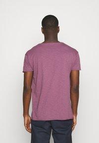Nudie Jeans - ROGER - T-shirt basic - violet - 2