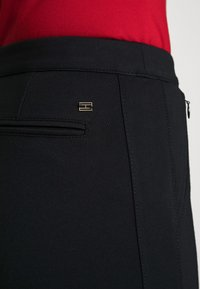 Tommy Hilfiger - HERITAGE FIT PANTS - Pantalon classique - masters black - 4