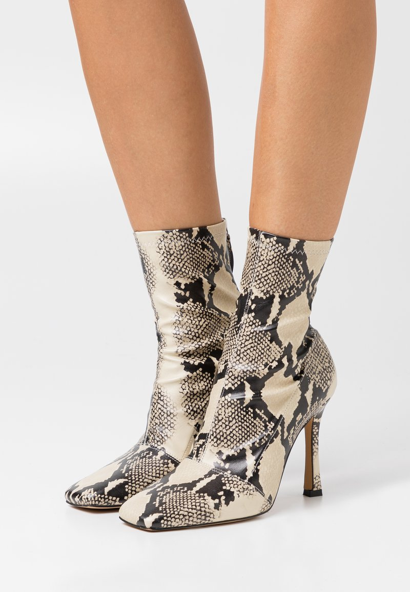 Missguided - SNAKE SQUARE MID STIELLETOE BOOTS - High heeled ankle boots - brown