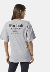 Reebok - TRAINING SUPPLY GRAPHIC TEE - T-shirt print - grey - 2
