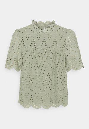 ONLNYLA LIFE ANGLAISE - Print T-shirt - desert sage