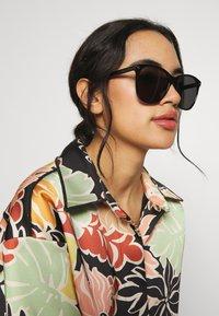 Gucci - Okulary przeciwsłoneczne - black/grey - 1
