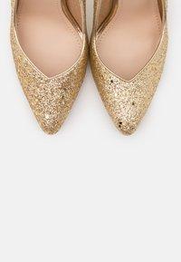 BEBO - MONICA - Lodičky na vysokém podpatku - gold glitter - 5