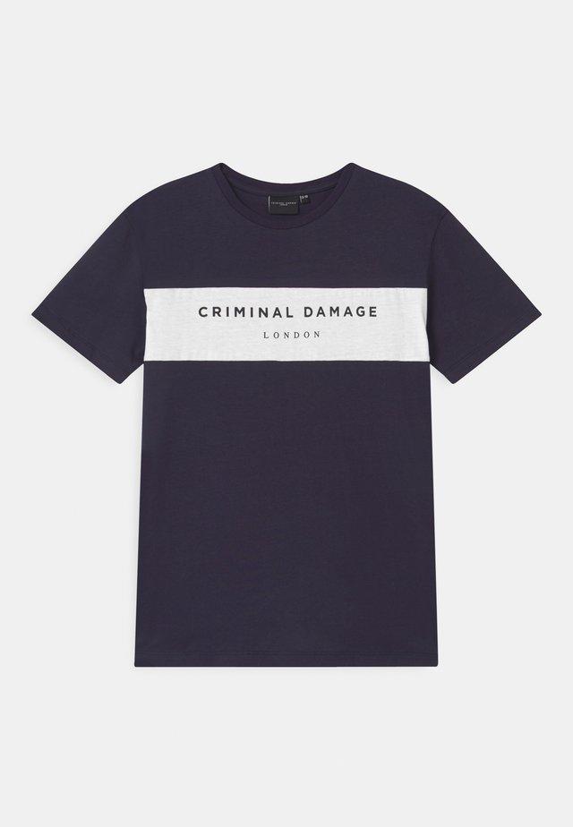 MARCUS - T-shirt med print - navy