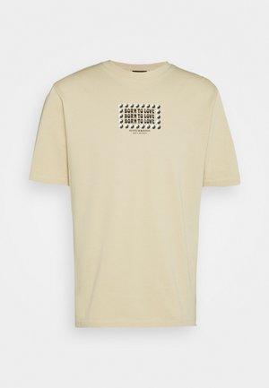 BORN TO LOVE ARTWORK TEE UNISEX - Print T-shirt - sand