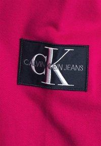 Calvin Klein Jeans - MONOGRAM SLEEVE BADGE - Sweatshirt - cerise - 2