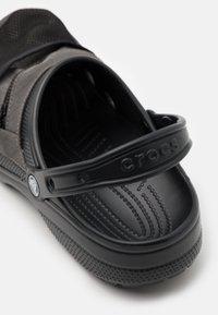 Crocs - CLASSIC VENTURE PACK UNISEX - Drewniaki i Chodaki - black/slate grey - 5
