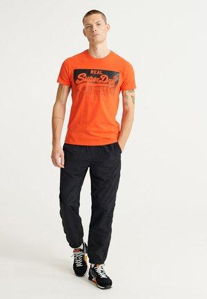 HALFTONE EMBOSS TEE - T-shirt con stampa - grenadine