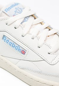 Reebok Classic - CLUB C 85 VINTAGE SOFT LEATHER SHOES - Sneakersy niskie - chalk/paper white/blue/red - 5