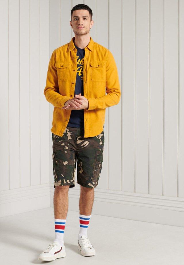PARACHUTE - Shorts - outline camo