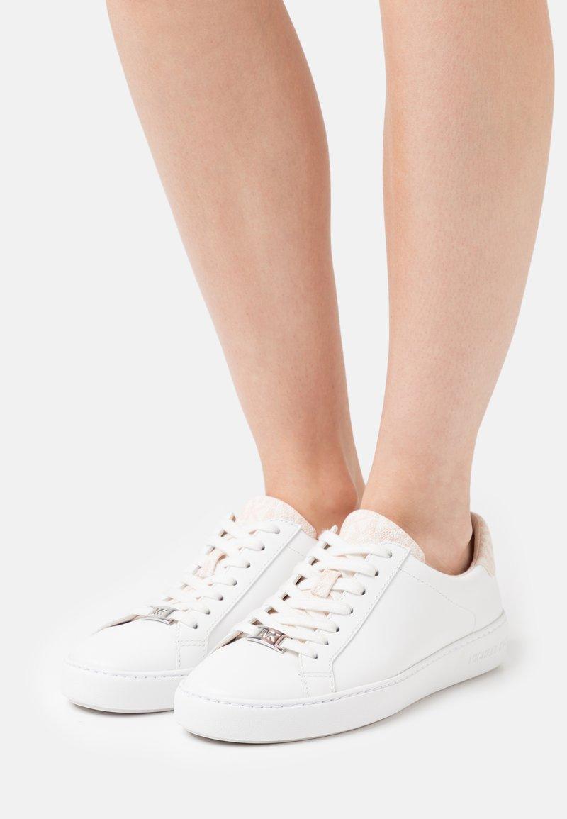 MICHAEL Michael Kors - IRVING LACE UP - Tenisky - optic white/soft pink