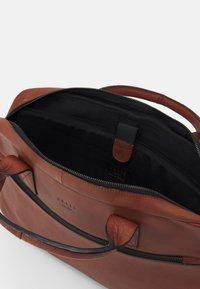 Still Nordic - CLEAN BRIEF ROOM UNISEX - Briefcase - cognac - 2
