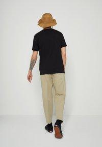 Levi's® - GRAPHIC CREWNECK TEE UNISEX - T-shirt con stampa - blacks - 2