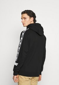 Nike Sportswear - REPEAT HOODIE  - Jersey con capucha - black/white - 2