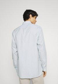 Tommy Hilfiger - BOLD STRIPE REGULAR FIT - Shirt - breezy blue/ivory/yale navy - 2