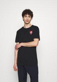 Henrik Vibskov - THE TEE - T-shirt print - lifesaving lobster black - 2