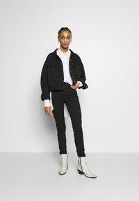 Levi's® - PLEAT SLEEVE TRUCKER - Veste en jean - black denim - 1