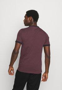 Farah - GROVES RINGER TEE - T-shirt z nadrukiem - farah red - 2