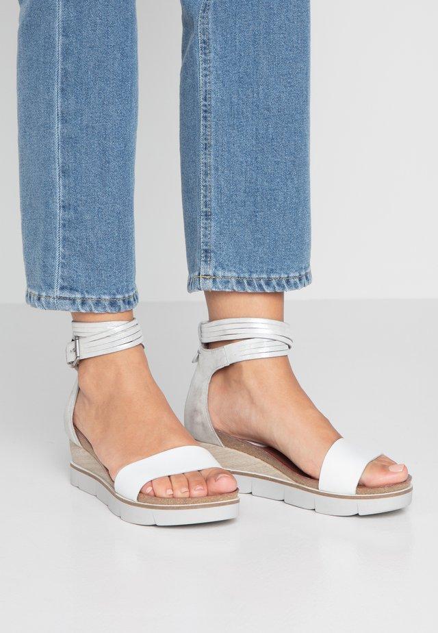 Sandały na platformie - bianco/argento