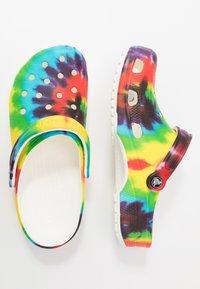 Crocs - CLASSIC TIE DYE GRAPHIC UNISEX - Zuecos - multicolor - 1