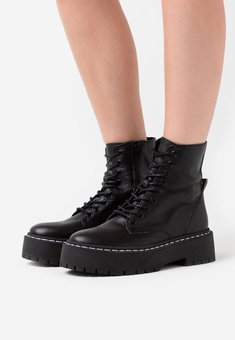 Steve Madden - SKYLAR - Kotníkové boty na platformě - black