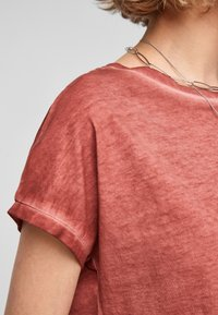 QS by s.Oliver - Basic T-shirt - rust - 5