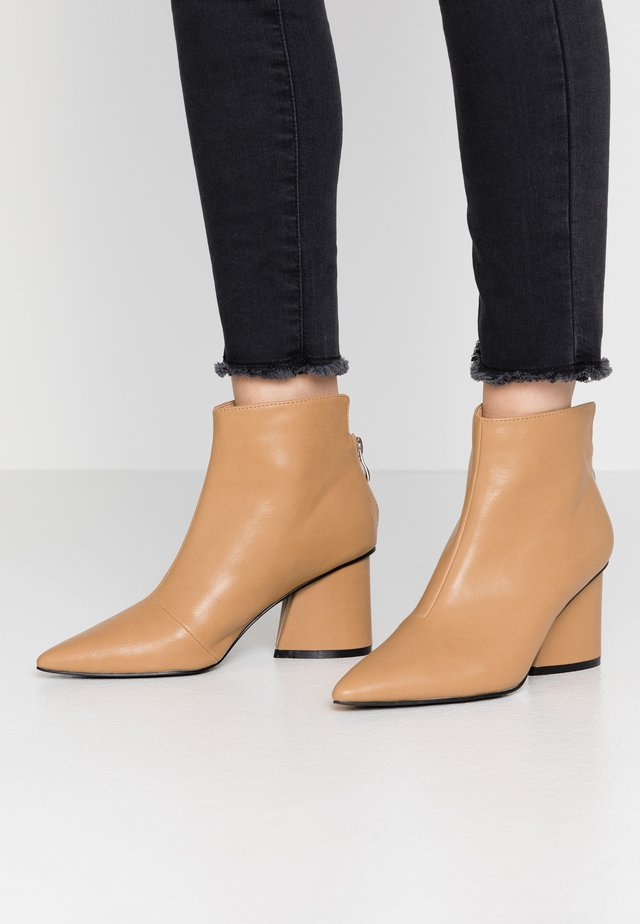 POINTED ANGUALR HEEL - Ankle boots - tan