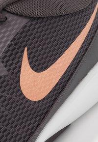 Nike Performance - LEGEND TRAINER - Træningssko - thunder grey/metallic copper/platinum tint - 5